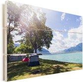 Kamperen bij het Meer van Genève Vurenhout met planken 30x20 cm - klein - Foto print op Hout (Wanddecoratie)