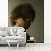 Fotobehang vinyl - Zelfportret van Rembrandt - Schilderij van Rembrandt van Rijn breedte 225 cm x hoogte 280 cm - Foto print op behang (in 7 formaten beschikbaar)
