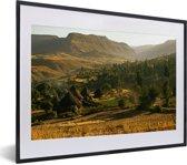 Foto in lijst - Landschap in Lalibela met hutten fotolijst zwart met witte passe-partout klein 40x30 cm - Poster in lijst (Wanddecoratie woonkamer / slaapkamer)