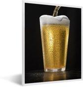 Foto in lijst - Heerlijk getapt biertje op een zwarte achtergrond fotolijst wit 30x40 cm - Poster in lijst (Wanddecoratie woonkamer / slaapkamer)