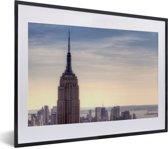 Foto in lijst - Het Empire State Building-horizon in New York fotolijst zwart met witte passe-partout klein 40x30 cm - Poster in lijst (Wanddecoratie woonkamer / slaapkamer)