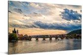 Een wolkenlucht boven de Karelsbrug in Praag Aluminium 90x60 cm - Foto print op Aluminium (metaal wanddecoratie)