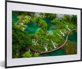 Foto in lijst - Uitzicht op watervallen in het Nationaal park Plitvicemeren in Kroatië fotolijst zwart met witte passe-partout 60x40 cm - Poster in lijst (Wanddecoratie woonkamer / slaapkamer)
