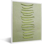 Foto in lijst - Verticale rij van sperziebonen tegen een grijze ondergrond fotolijst wit 30x40 cm - Poster in lijst (Wanddecoratie woonkamer / slaapkamer)