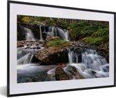 Foto in lijst - Woeste watervallen in het Nationaal park Cairngorms in Schotland fotolijst zwart met witte passe-partout 60x40 cm - Poster in lijst (Wanddecoratie woonkamer / slaapkamer)