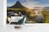 Fotobehang vinyl - Kirkjufell-berg tijdens zonsopgang in IJsland breedte 890 cm x hoogte 500 cm - Foto print op behang (in 7 formaten beschikbaar)