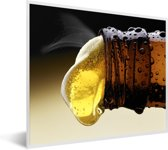 Foto in lijst - Bier uit een bierflesje gieten fotolijst wit 50x40 cm - Poster in lijst (Wanddecoratie woonkamer / slaapkamer)