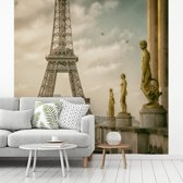 Fotobehang vinyl - De Eiffeltoren en de mooie beelden van het Palais de Chaillot breedte 300 cm x hoogte 300 cm - Foto print op behang (in 7 formaten beschikbaar)