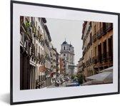 Foto in lijst - Steeg met uitzicht naar Plaza Mayor in het Spaanse Madrid fotolijst zwart met witte passe-partout klein 40x30 cm - Poster in lijst (Wanddecoratie woonkamer / slaapkamer)