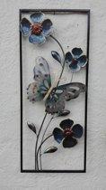 Metalen wanddecoratie vlinder met bloemen omlijst - 33,5 x 80 cm