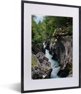 Foto in lijst - Soca-rivier in het Nationaal Park Triglav in Slovenië fotolijst zwart met witte passe-partout klein 30x40 cm - Poster in lijst (Wanddecoratie woonkamer / slaapkamer)