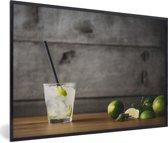 Foto in lijst - Mojito-cocktail met limoen en munt op een houten achtergrond fotolijst zwart 60x40 cm - Poster in lijst (Wanddecoratie woonkamer / slaapkamer)