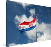 De vlag van Kroatië wappert in de lucht Canvas 140x90 cm - Foto print op Canvas schilderij (Wanddecoratie woonkamer / slaapkamer)