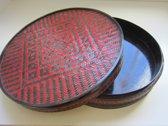 Oosterse opbergdoos / mand, diameter 33 cm, hoogte 9,5 cm, zwart/rood/bruin