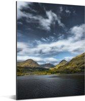 Bewolkte lucht over het Loch Lomond in Schotland met uitzicht op de bergen Aluminium 120x160 cm - Foto print op Aluminium (metaal wanddecoratie) XXL / Groot formaat!