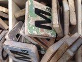 Vijf  scrabble letters woord en opzetplankje