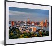 Foto in lijst - Rotterdam skyline met de Erasmusbrug fotolijst zwart met witte passe-partout klein 40x30 cm - Poster in lijst (Wanddecoratie woonkamer / slaapkamer)