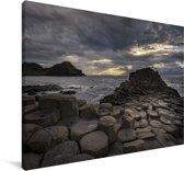 Donkere wolken boven de Giants Causeway Canvas 180x120 cm - Foto print op Canvas schilderij (Wanddecoratie woonkamer / slaapkamer) XXL / Groot formaat!