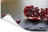 Close up van een granaatappel Tuinposter 60x40 cm - klein - Tuindoek / Buitencanvas / Schilderijen voor buiten (tuin decoratie)