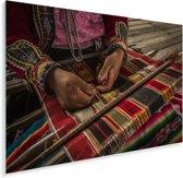 Geweldige weergave van een wevende vrouw In Arequipa Plexiglas 90x60 cm - Foto print op Glas (Plexiglas wanddecoratie)