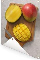 Gesneden mango op een snijplank Tuinposter 40x60 cm - klein - Tuindoek / Buitencanvas / Schilderijen voor buiten (tuin decoratie)