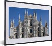 Foto in lijst - Strak heldere lucht boven de Kathedraal van Milaan fotolijst zwart met witte passe-partout klein 40x30 cm - Poster in lijst (Wanddecoratie woonkamer / slaapkamer)