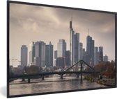Foto in lijst - Dreigende lucht boven Frankfurt am Main in Duitsland fotolijst zwart 60x40 cm - Poster in lijst (Wanddecoratie woonkamer / slaapkamer)