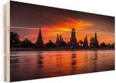 Oude Tempels in Ayutthaya met een prachtige oranje luch Vurenhout met planken 80x40 cm - Foto print op Hout (Wanddecoratie)