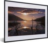 Foto in lijst - Kleurrijke zonsopgang over het Loch Lomond meer in Schotland fotolijst zwart met witte passe-partout klein 40x30 cm - Poster in lijst (Wanddecoratie woonkamer / slaapkamer)