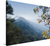 Uitzicht op een mistig berglandschap in het Nationaal park Monfragüe Canvas 90x60 cm - Foto print op Canvas schilderij (Wanddecoratie woonkamer / slaapkamer)