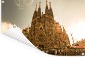 Zonnestralen schijnen op de Sagrada Familia in Spanje Tuinposter 60x40 cm - klein - Tuindoek / Buitencanvas / Schilderijen voor buiten (tuin decoratie)