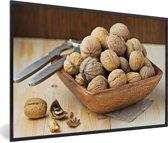 Foto in lijst - Houten kommetje vol met bruine walnoten fotolijst zwart 60x40 cm - Poster in lijst (Wanddecoratie woonkamer / slaapkamer)