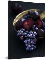 Gouden kom met paarse druiven in het donker Aluminium 80x120 cm - Foto print op Aluminium (metaal wanddecoratie)