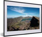Foto in lijst - Berglandschap en een meer in het Nationaal Park Gunung Rinjani fotolijst zwart met witte passe-partout klein 40x30 cm - Poster in lijst (Wanddecoratie woonkamer / slaapkamer)