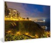 Foto in lijst - Mooie gele verlichting tijdens de avond in Lima fotolijst wit 60x40 cm - Poster in lijst (Wanddecoratie woonkamer / slaapkamer)