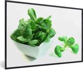 Foto in lijst - Porseleinen bakje met groene veldsla blaadjes fotolijst zwart 60x40 cm - Poster in lijst (Wanddecoratie woonkamer / slaapkamer)