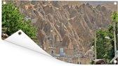 Beige huizen met bomen voor berg in Tabriz Iran Tuinposter 160x80 cm - Tuindoek / Buitencanvas / Schilderijen voor buiten (tuin decoratie)
