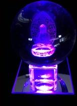 Kristal bol 6cm met 3D  lasering van een zittende Boeddha met een glazen voetje + een gratis LED verlichting.
