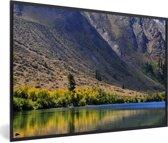 Foto in lijst - Meer voor de bergen in het Nationaal park Sierra Nevada in Noord Amerika fotolijst zwart 60x40 cm - Poster in lijst (Wanddecoratie woonkamer / slaapkamer)