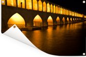 De Khaju bridge in Iran met gele poorten tijdens de nacht Tuinposter 180x120 cm - Tuindoek / Buitencanvas / Schilderijen voor buiten (tuin decoratie) XXL / Groot formaat!