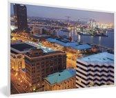 Foto in lijst - Stadslandschap van Norfolk in de Verenigde Staten in de nacht fotolijst wit 60x40 cm - Poster in lijst (Wanddecoratie woonkamer / slaapkamer)