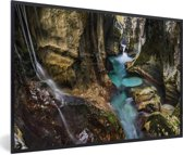 Foto in lijst - Turquoise riviertje in een kloof in het Nationaal park Triglav in Slovenië fotolijst zwart 60x40 cm - Poster in lijst (Wanddecoratie woonkamer / slaapkamer)