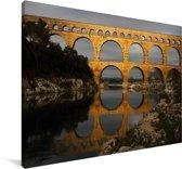 Een geel kleurige Pont du Gard door de laagstaande zon Canvas 90x60 cm - Foto print op Canvas schilderij (Wanddecoratie woonkamer / slaapkamer)