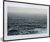 Foto in lijst - Een ruige zee fotolijst zwart met witte passe-partout 60x40 cm - Poster in lijst (Wanddecoratie woonkamer / slaapkamer)