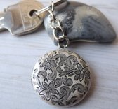 Sleutelhanger antiek zilveren bloemen locket, cadeau heren en dames, berg uw foto´s of geheim veilig op in dit mooie medaillon.