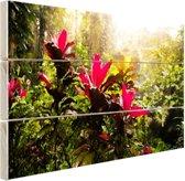 Prachtige bloemen middenin de jungle Hout 80x60 cm - Foto print op Hout (Wanddecoratie)