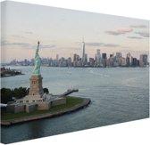 Vrijheidsbeeld met Skyline Canvas 60x40 cm - Foto print op Canvas schilderij (Wanddecoratie woonkamer / slaapkamer) / Steden Canvas Schilderijen