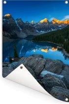 Zonsopgang met een weerspiegeling van de bergen bij het Moraine Lake in Canada Tuinposter 80x120 cm - Tuindoek / Buitencanvas / Schilderijen voor buiten (tuin decoratie)