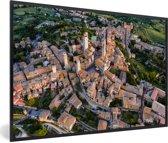 Foto in lijst - Zonsopgang over de Toscaanse ommuurde stad in Italië fotolijst zwart 60x40 cm - Poster in lijst (Wanddecoratie woonkamer / slaapkamer)