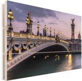 Een verlichte brug in het Franse Parijs Vurenhout met planken 90x60 cm - Foto print op Hout (Wanddecoratie)